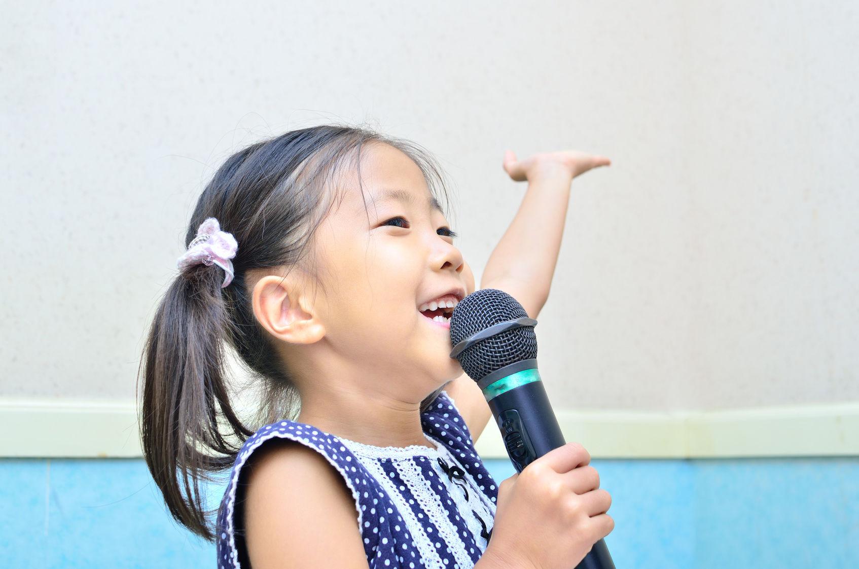 マイクで歌う女の子